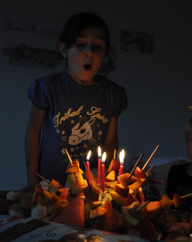 Fruchtspiesstorte zum 5. Geburtstag meiner Tochter mit den Tageskinder.