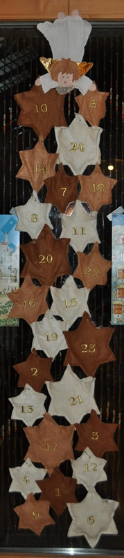 Auch im Adventskalender 2014 für meine Tochter verbargen sich Schokoladenüberraschungen. Dazu fand sie jeweils Schmuckstücke und Sterne zum Aufkleben.