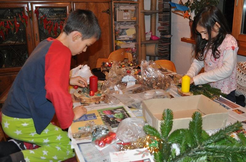 Meine Kinder basteln eigene Adventsgestecke.