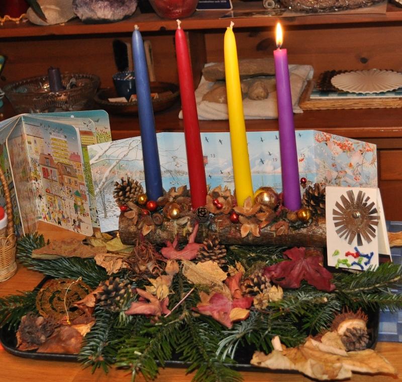 Die erste Adventskerze ist dieses Mal violett, weil es keine gürnen Kerzen gab.