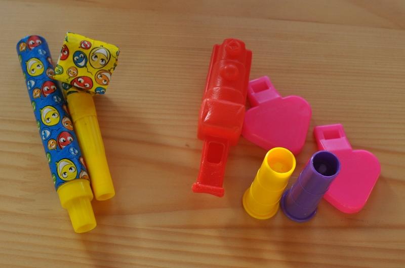 Plastikteile mit Karton oder Papier (links) wasche ich von Hand. Plastikmaterial (rechts) wäscht der Geschirrspüler.
