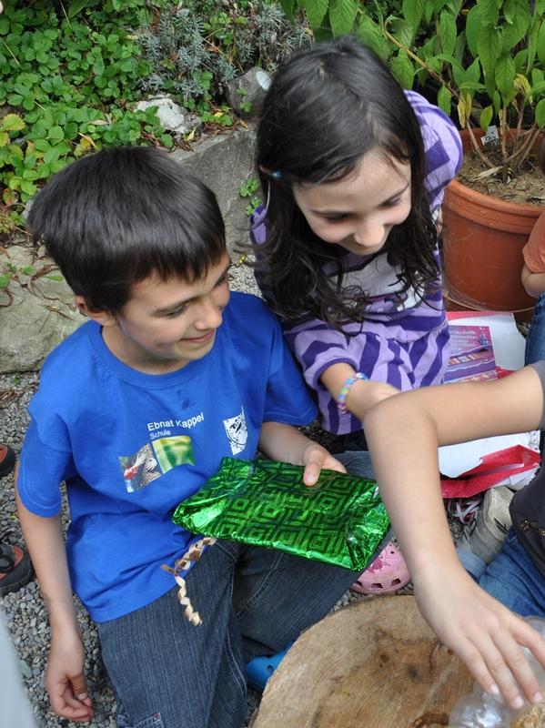 Der Flaschenhals zeigt auf die Person nach dem Drehen, die das Geschenk übergeben kann.
