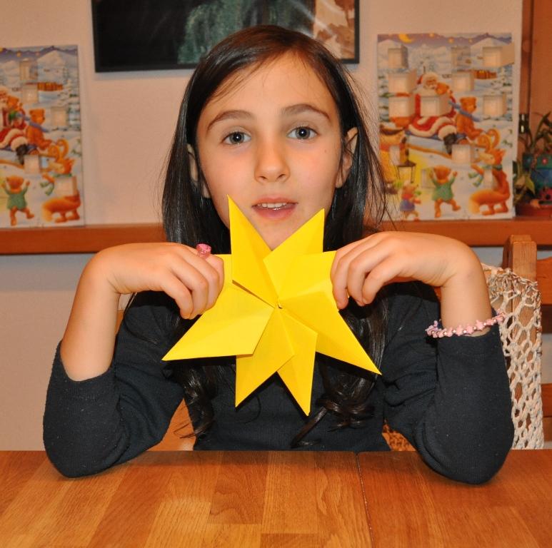 Meine Tochter hatte dann noch die Idee den kleinen Glitzerstern in der Mitte aufzukleben.
