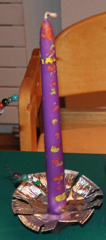 1. und 3. Teil der Bastelarbeit kombiniert: Eine Kerze verzieren und eine Kerze schmücken