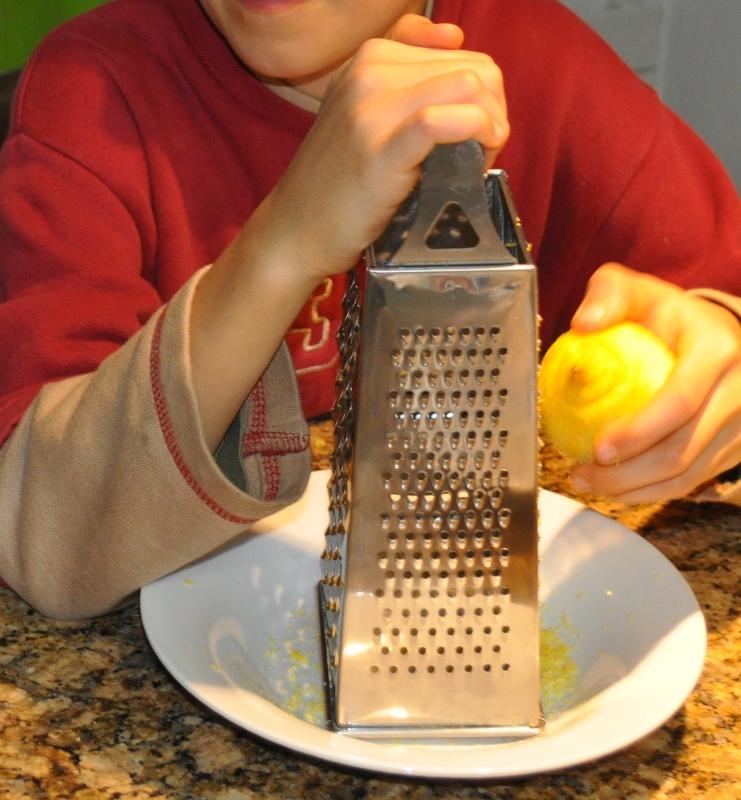 Fleissig rieb mein Sohn Zitronenschale und auch etwas Finger. Dabei betonte er imme wieder, wie gern er diesen Duft mag.