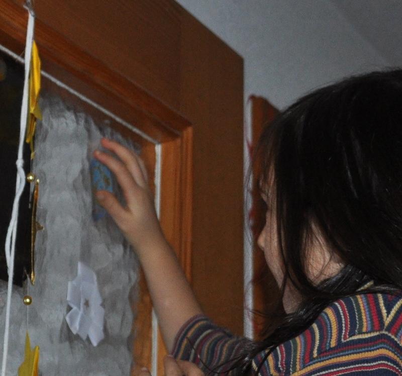 Meine Tochter wollte ihre erste Kugel ganz hoch oben platzieren. Eine abgebende Tagesmutter hob sie dabei auf. Ihre zweite Kugel klebte sie an ihr Zimmerfenster.