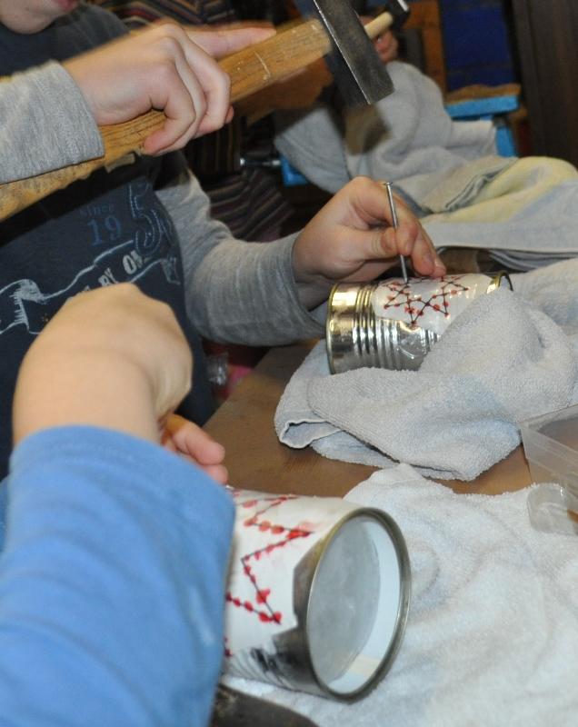 Den Kindergartenkindern hielt ich die Dose oder sie war eingespannt beim Hämmern. Die Schulkinder reichte das Handtuch als Stütze.