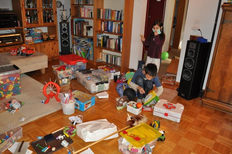 Wir sammelten Spielsachen zusammen und sortierten sie in die Kisten.