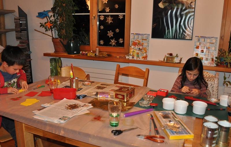 Die Kinder verzierten, falteten, klebten, schnitten, steckten Perlen auf, malten, schrieben, stempelten und liessen verschiedene Ideen zusammenfliessen.