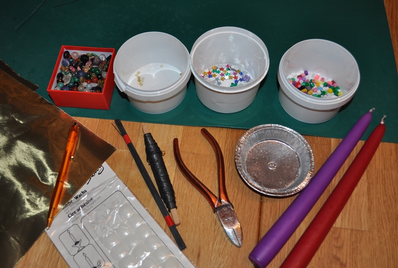 Draht, Perlen, Metallfolie, Kerzen und Kerzenkleber