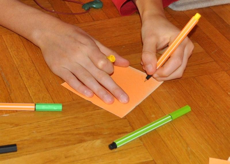 Voller Ideen, was sie loslassen möchten z.B. Stress am Morgen, Streit untereinander, schlechte Laune beschriften die Kinder ihre Zettel.