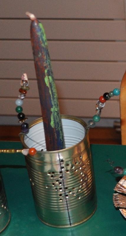 Alle drei Bastelarbeiten kombiniert: Eine Kerze verzieren, einen Kerzenhalter herstellen, eine Kerze schmücken
