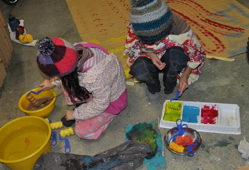 Je länger sie malen, desto bunter werden die Farben durch das Mischen.