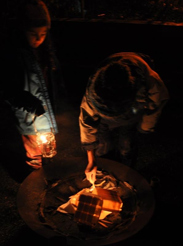 Mit dem Feuer unserer Vorfahren entfachen wir das Wintersonnwendfeuer.