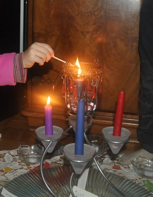 Mit der Ahnenkerze entzünden wir mit dem jeweiligen Adventslied die Adventskerzen für die Jahreszeiten.