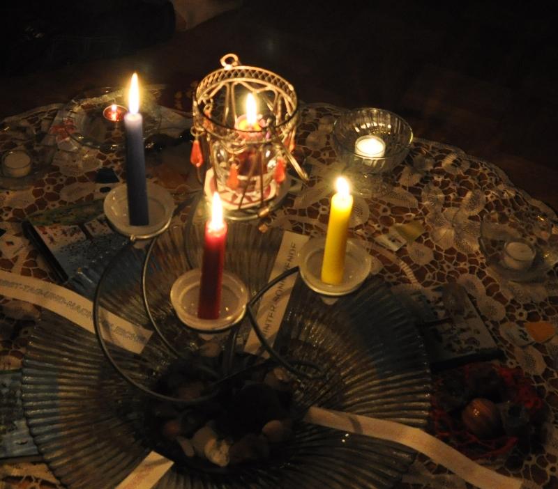 Die Ahnenkerze und die vier Jahreszeitkerzen brennen. Die erste Rauhnachtkerze ist entzündet für die Nacht des Januars.