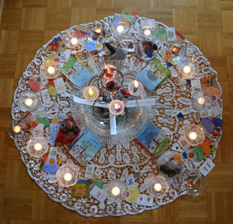 Am Morgen des 2. Januars brennen alle Kerzen des Jahreslichterkreises. Somit enden die Rauhnächte.