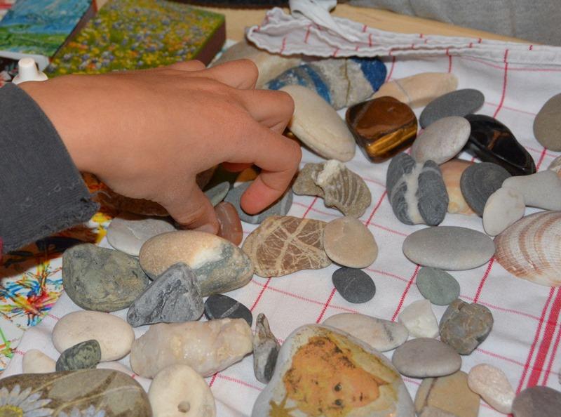 Abwechselnd wählen wir jeweils einen Stein für jedes Zimmer.