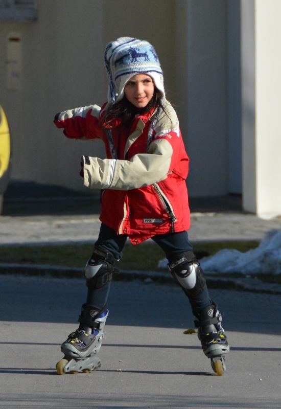 Meine Tochter mag das Eislaufen. Auf der Strasse fährt sie gerne Rollerblades.